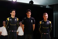 Jolyon Palmer, Renault F1 Team met Esteban Ocon, Renault F1 Team testrijder en Kevin Magnussen, Rena