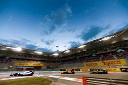 Felipe Massa, Williams FW40 leads Fernando Alonso, McLaren MCL32 and Carlos Sainz Jr., Renault Sport F1 Team RS17