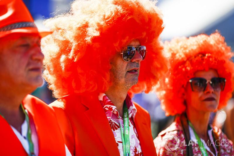 Aficionados holandeses en naranja