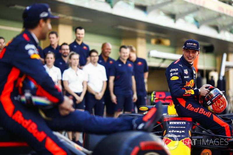 Daniel Ricciardo, Red Bull Racing, Max Verstappen, Red Bull Racing en la foto de equipo