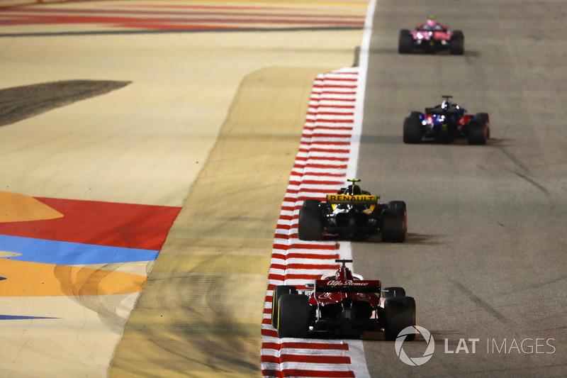Marcus Ericsson, Sauber C37 Ferrari, segue Carlos Sainz Jr., Renault Sport F1 Team R.S. 18