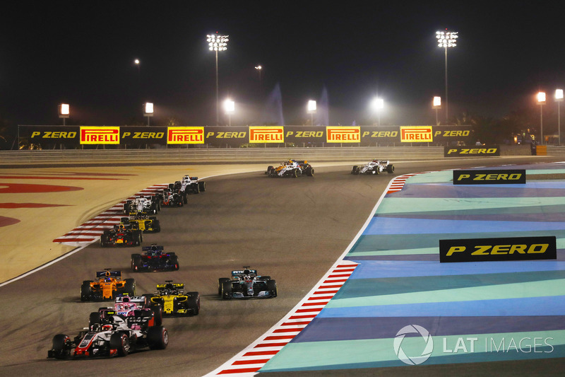 Kevin Magnussen, Haas F1 Team VF-18 Ferrari, leads Esteban Ocon, Force India VJM11 Mercedes, Nico Hulkenberg, Renault Sport F1 Team R.S. 18, Lewis Hamilton, Mercedes AMG F1 W09, Fernando Alonso, McLaren MCL33 Renault, and the remainder of the field