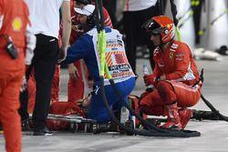 Un mécanicien blessé est pris en charge après un incident avec la voiture de Kimi Raikkonen, Ferrari SF71H pendant un arrêt au stand