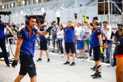 Toro Rosso mecánico en el pita lane