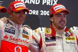 Lewis Hamilton, McLaren MP4-24 Mercedes et Fernando Alonso, Renault R29 sur le podium