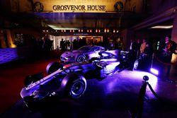 Une Mercedes et une Aston Martin devant l'entrée du Grosvenor House Hotel