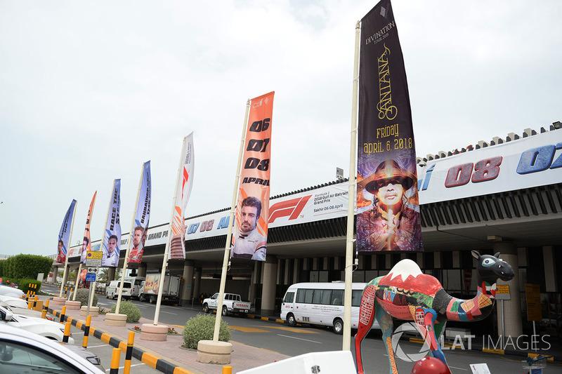 Banderas del GP de Bahrein en el aeropuerto