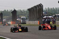 Daniel Ricciardo, Red Bull Racing RB14 en Sebastian Vettel, Ferrari SF71H duelleren