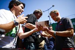 Kevin Magnussen, Haas F1 Team, zet handtekeningen