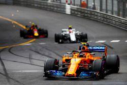 Stoffel Vandoorne, McLaren MCL33, Charles Leclerc, Sauber C37, y Max Verstappen, Red Bull Racing RB14