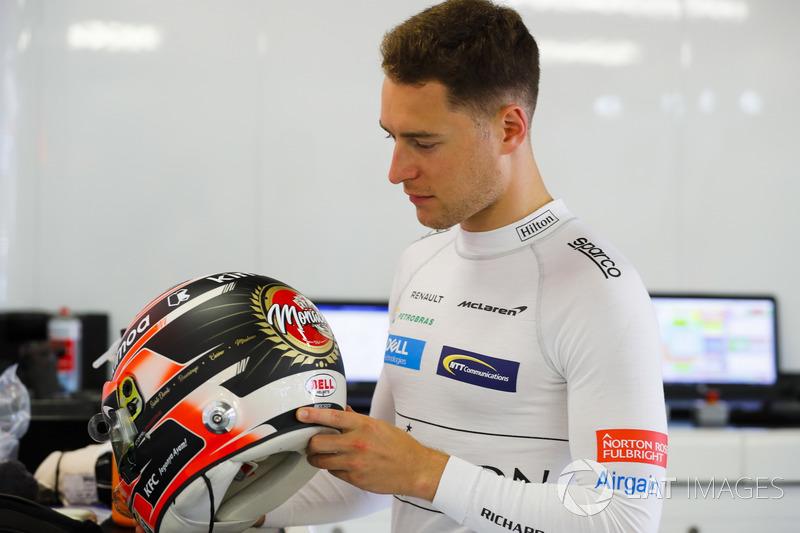 Stoffel Vandoorne, McLaren, revisa su diseño especial de casco