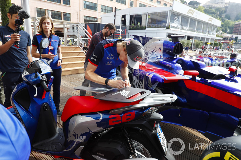 Brendon Hartley, Toro Rosso, signs a giant Honda key