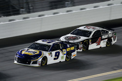 Chase Elliott, Hendrick Motorsports Chevrolet Camaro, Kevin Harvick, Stewart-Haas Racing Ford Fusion