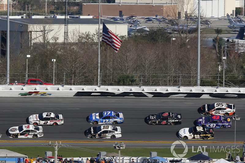 Kevin Harvick, Stewart-Haas Racing Ford Fusion en Brad Keselowski, Team Penske Ford Fusion