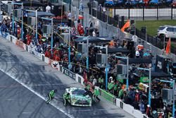 Daniel Suarez, Joe Gibbs Racing, Interstate Batteries Toyota Camry, pit stop