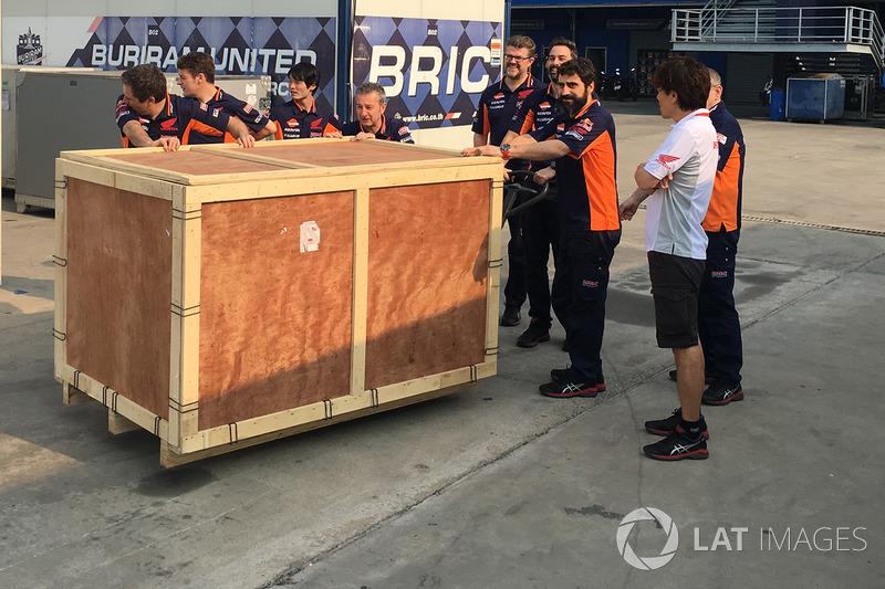 Marc Márquez, Repsol Honda Team recibe un regalo de cumpleaños de parte de su equipo