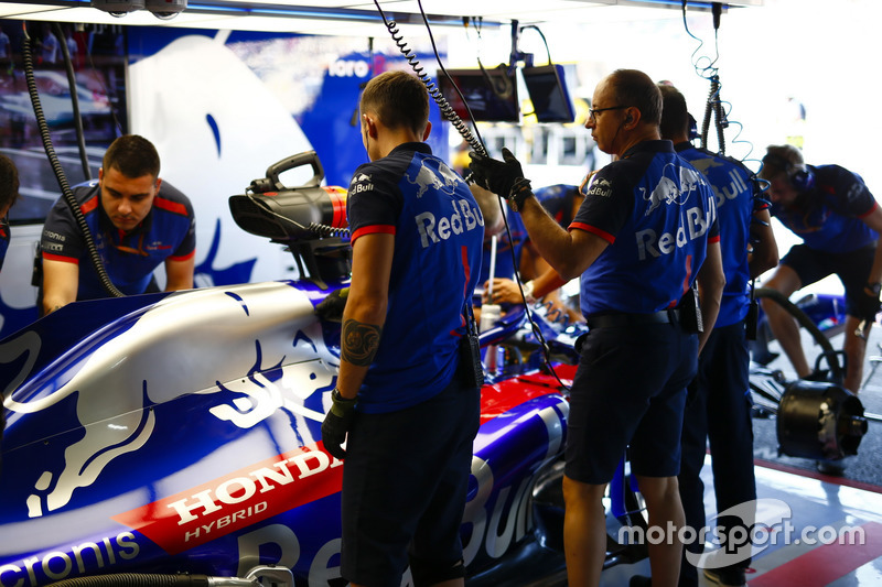 Engineers work on the car of Brendon Hartley, Toro Rosso STR13
