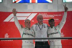 Podio: segundo lugar Valtteri Bottas, Mercedes-AMG F1, Dr. Dieter Zetsche, CEO de Daimler AG, ganador de la carrera Lewis Hamilton, Mercedes-AMG F1