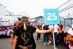 Un membro del team di Jean-Eric Vergne, Techeetah, mascherato per l'ultima gara