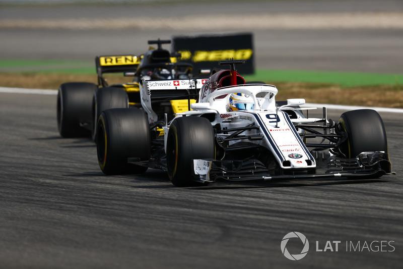 Marcus Ericsson, Sauber C37, za nim Nico Hulkenberg, Renault Sport F1 Team R.S. 18