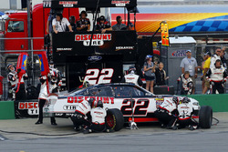 Paul Menard, Team Penske, Ford Mustang Discount Tire pit stop