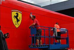 Limpiando el camión Ferrari