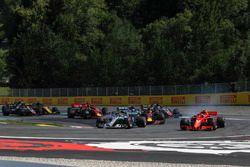 Lewis Hamilton, Mercedes-AMG F1 W09 e Kimi Raikkonen, Ferrari SF71H, in lotta alla partenza della gara
