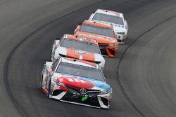 Kyle Busch, Joe Gibbs Racing, Toyota Camry M&M's Red White & Blue and Chase Elliott, Hendrick Motorsports, Chevrolet Camaro Mountain Dew / Little Caesars