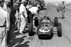 Willy Mairesse, Lotus 21-Climax, in the pits