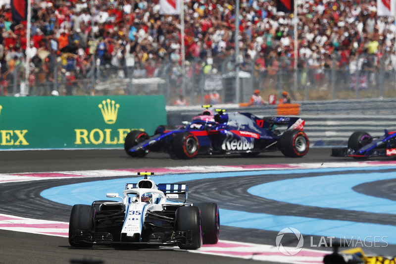 Sergey Sirotkin, Williams FW41 leads Pierre Gasly, Toro Rosso STR13
