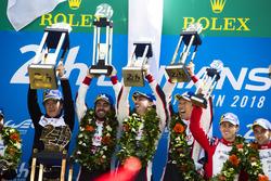Podio assoluto: i vincitori Sébastien Buemi, Kazuki Nakajima, Fernando Alonso, Toyota Gazoo Racing