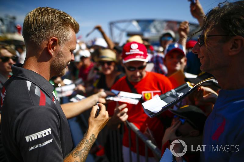 Kevin Magnussen, Haas F1 Team, signe des autographes et se fait prendre en photo