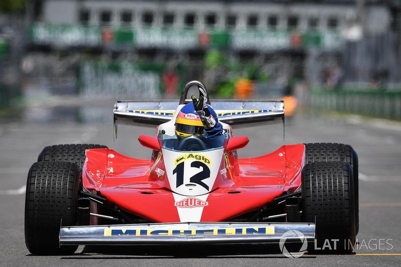 Jacques Villeneuve pilote la Ferrari 312T3 de Gilles Villeneuve