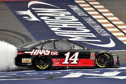 Il vincitore Clint Bowyer, Stewart-Haas Racing, Chevrolet Camaro Haas 30 Years of the VF1