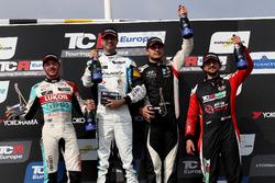 Podium: Racewinnaar Dusan Borkovic, Target Competition Hyundai i30 N TCR, tweede plaats Jean-Karl Vernay, Leopard Lukoil Team Audi RS3 LMS TCR, derde plaats Dániel Nagy, M1RA Hyundai i30 N TCR, Giovanni Altoè, Pit Lane Competizioni Audi RS3 LMS TCR