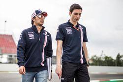 Sergio Perez, Force India parcourt la piste à pied