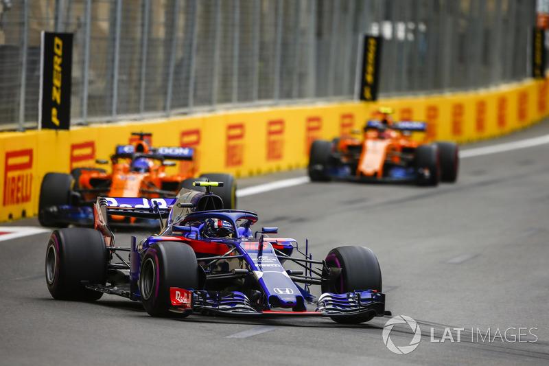 Pierre Gasly, Toro Rosso STR13 Honda, Fernando Alonso, McLaren MCL33 Renault, y Stoffel Vandoorne, McLaren MCL33 Renault