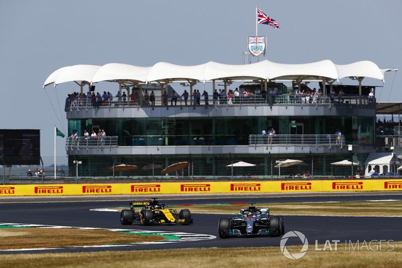 Lewis Hamilton, Mercedes AMG F1 W09 leads Nico Hulkenberg, Renault Sport F1 Team R.S. 18