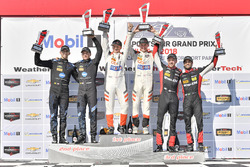 #54 CORE autosport ORECA LMP2, P: Jon Bennett, Colin Braun, festeggiano la vittoria sul podio con #10 Wayne Taylor Racing Cadillac DPi, P: Renger van der Zande, Jordan Taylor, #31 Action Express Racing Cadillac DPi, P: Eric Curran, Felipe Nasr