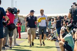 Max Verstappen, Red Bull Racing and Nico Hulkenberg, Renault Sport F1 Team on drivers parade