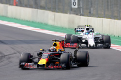 Daniel Ricciardo, Red Bull Racing RB13, Lance Stroll, Williams FW40