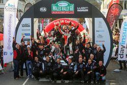 Winners Elfyn Evans, Daniel Barritt, Ford Fiesta WRC, M-Sport with the team
