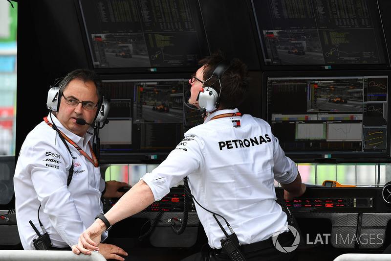 Ron Meadows, Mercedes AMG F1 Team Manager sur le muret des stands Mercedes