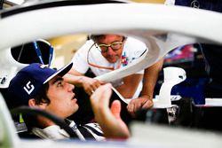 Lance Stroll, Williams Racing y Luca Baldisserri, ingeniero, Williams F1