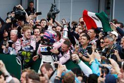 Sergio Perez, Force India, fête son podium avec son équipe