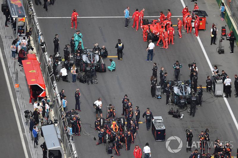 Daniel Ricciardo, Red Bull Racing RB14 and Valtteri Bottas, Mercedes-AMG F1 W09 EQ Power on the grid