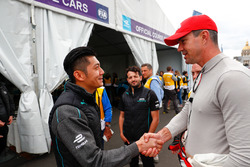 Ho-Pin Tung, Panasonic Jaguar Racing, incontra Kevin Pietersen, ex giocatore di cricket dell'Inghilterra