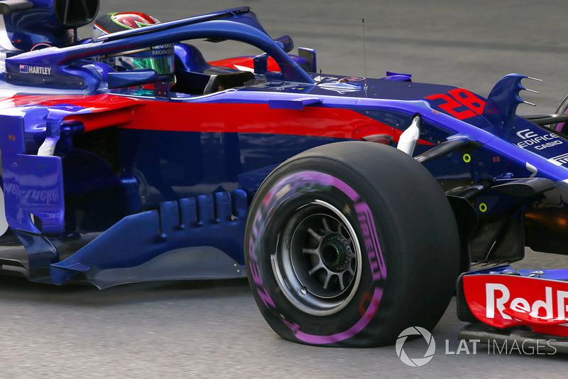Brendon Hartley, Toro Rosso STR13 Honda, regresa a los boxes con una rueda rota y un neumático pinchado