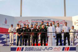 منصة تتويج السباق الأول من جولة دبي مع الفائز توم أوليفانت، بورشه جي تي 3 الشرق الأوسط
