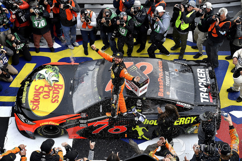 Martin Truex Jr., Furniture Row Racing, Toyota Camry Bass Pro Shops/5-hour ENERGY gana